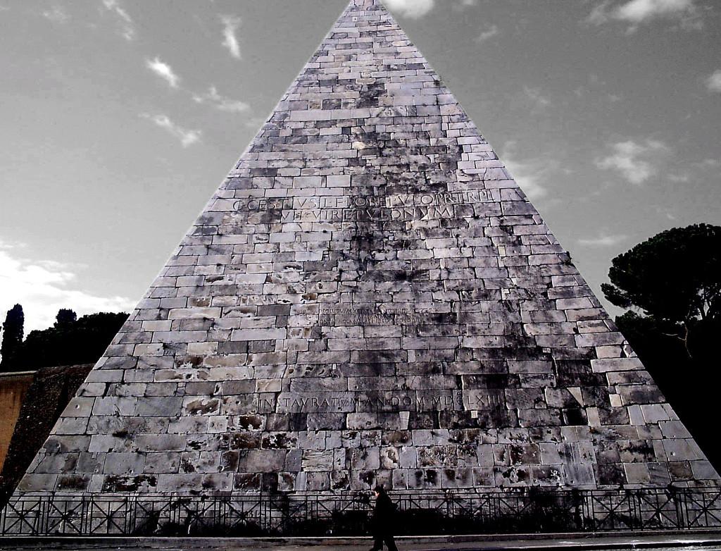 La Piramide di Caio Cestio a Roma